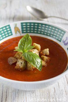 Questa è la ricetta di una gustosa zuppa di pomodoro cotta al forno, accompagnata da deliziosi cubetti di pane abbrustoliti in padella.