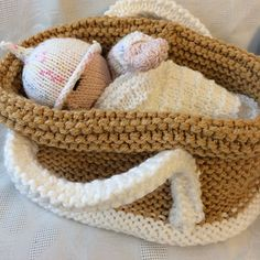I love to see dollies in cribs and had been searching for a knitted crib to knit for Poppy but could only find crochet cribs so decided to try and design one. Knitting Socks, Baby Knitting, Crochet Baby Toys, Knitted Baby, Animal Knitting Patterns, Knit Basket, Knitted Dolls, Learn To Crochet, Knitting Projects