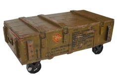 Mesa de centro ruedas. Fabricada con cajas de rifles antigua. Es baúl también. By unik. Entrada Marzo.
