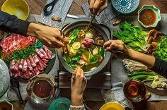 寒くなってくると同時に食べたくなるのが鍋。定番のレシピもいいけれど、今夜はいつもとちょっぴり違う味を楽しんでみませんか?そんな、自宅で簡単に作れる変わり鍋のレシピを紹介します。鍋パーティにもオススメですよ!