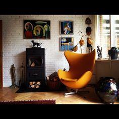 イエローの様なキャメルの様な素敵な色合いのエッグチェア お部屋に置くだけで、良いアクセントになりますね!