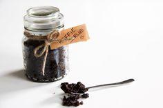 Cellulite: iedereen kent het, en niemand wil het hebben. Maak met simpele ingrediënten je eigen DIY koffie scrub en ga het gevecht aan met cellulite!