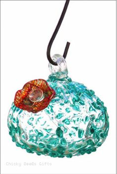 Evergreen Hummingbird Feeders Artistic Glass Humming Bird Feeder MPN: 2HF160 CONDITION: New SIZE: 4.2 x 4.2 x 4.7 inches MATERIAL: Glass, Metal Hanger Choose from Blue, Speckled or Wavy design. See dr