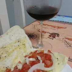 """「 Boa noite! Esse foi o """"jantar"""" de hj por awui.  Ciabata, mussarela light com tomate e cebola. Leve no forno, toma um vinho e tá otimo #donadecasa… 」"""