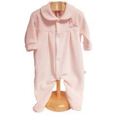 Pijama recién nacido aterciopelado con conejito.   Práctico pijama de bebé aterciopelado con cuello y bordado de conejito. Apertura delantera con automáticos, muy fácil de poner y quitar. Varios colores. Composición: 80% algodón, 20% acrílico. 15,00 €