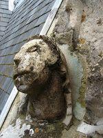 Chateau d'Ecouen: anciennes restaurations en ciment gris.
