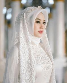 Adorable wedding hijab style you will love 74 Muslim Wedding Gown, Hijabi Wedding, Wedding Hijab Styles, Muslimah Wedding Dress, Hijab Style Dress, Muslim Wedding Dresses, Muslim Brides, Bridal Dresses, Hijab Chic