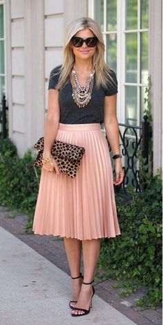 Style midi skirts: how to combine the trendy skirts 2019 - Style - Clothing / Outfits - Kleider Mode Outfits, Skirt Outfits, Dress Skirt, Dress Up, Fashion Outfits, Fashion Trends, Fashion News, Nude Skirt, Women's Fashion
