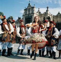 Poles in traditional dress dance in Market Square, Kraków, Poland Ukraine, Visit Poland, Polish Folk Art, Art Populaire, Mode Boho, Folk Dance, Folk Costume, People Of The World, Dance Dresses