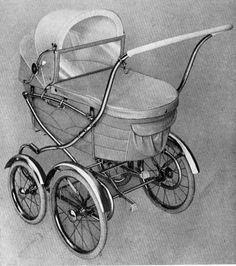 SVENSKTILLVERKADE BARNVAGNAR FRÅN 1960-TALET  EMMALJUNGA 97  I produktbladet för 1961 är denna nymodighet lanserad. Olika stora hjul, annars är den ungefär lik nr 95.  Vävplast och celluloidhandtag.