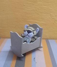 Miniatura de berço feito em mdf.Utilizado como lembrancinha de nascimento, montagem de porta maternidade.  Ótimo acabamento. R$ 3,50