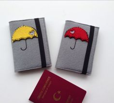 Şemsiye Figürlü Pasaport Kılıfı Book Crafts, Felt Crafts, Handmade Diary, Sewing Projects, Diy Projects, Paper Ribbon, Notebook Covers, Phone Covers, Quilling