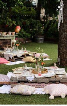 Wow!!! Einfach toll diese Kissen und Paletten Chill - Plätze im Garten.