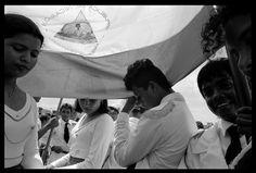 jeanmarcdeconinck.be : Nicaragua 1994, le pays est sorti de 10 années de guerre civile entre les Sandinistes et les Contras soutenus par le gouvernement Reagan. L'élection de 1990 est gagnée par la conservatrice et libérale Violeta Chamorro, veuve de Pedro Joaquim Chamorro Cardenal, journaliste opposant au régime dictatorial de la dynastie Somoza.  Poussée par les USA, Violetta Chamorro continue les purges contre les Sandinistes et plonge le pays dans la récession qui fait reculer le…