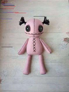 Pastell Go. Creepy Toys, Creepy Cute, Felt Dolls, Plush Dolls, Rag Dolls, Creepy Stuffed Animals, Halloween Mono, Zombie Dolls, Gothic