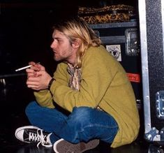 Kurt Cobain, of Nirvana, the poster-boy of the anti-establishment Grunge movement in the wore Converse. Nirvana Kurt Cobain, Kurt Cobain Frases, Kurt Cobain Style, Kurt Cobain Photos, Kurt Cobain Art, Estilo Punk Rock, Estilo Grunge, Dave Grohl, Kurk Cobain