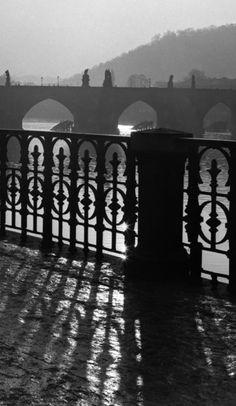 Alšovo nábřeží (2669-3) • Praha, leden 1964 • | černobílá fotografie, zábradlí, Vltava, Karlův most, světlo a stín |•|black and white photograph, Prague|