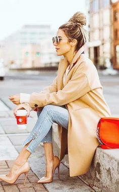 love this look with beige coat, nude heels and light blue jeans. Red bag gives a great pop of colour and the casual hairdo works well with the outfit Trendy Fall Outfits, Spring Outfits, Classy Chic Outfits, Casual Outfits, Mode Outfits, Fashion Outfits, Fashion Clothes, Heels Outfits, Sneakers Fashion