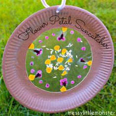 Nature Crafts A simple flower petal suncatcher craft made from paper plates. A perfect outside nature craft for kids. This activity is suitable for preschoolers, eyfs upwards. Spring Crafts For Kids, Summer Crafts, Fall Crafts, Art For Kids, Kids Nature Crafts, Spring Crafts For Preschoolers, Garden Crafts For Kids, Beach Crafts, Fun Craft