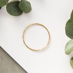 Esta pulsera esta creada con hilo de plata, toda ella tiene biselados, un acabado mate y luego esta chapado en oro. Fina y perfecta para combinarla en dos colores, plata y oro si te gustan las mezclas