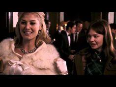 """""""An education"""" (también conocida como Enseñanza de vida) es una película británica de 2009 dirigida por Lone Scherfig. Una brillante y hermosa estudiante, Jenny, es llevada a su casa por un hombre mayor, David Goldman. Los dos establecen una extraña relación."""