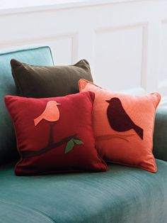 Upgrade your inexpensive throw pillows with wool felt, a pair of scissors, and fabric glue. Diy Throws, Diy Throw Pillows, Decorative Pillows, Felt Pillow, Bird Pillow, Diy Projects To Try, Home Projects, Sewing Projects, Home And Deco