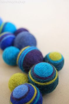 Adding stripes to felt balls Needle Felting Kits, Wet Felting, Handmade Felt, Handmade Beads, Felted Soap, Diy Crafts How To Make, Felt Decorations, Felting Tutorials, Felt Patterns