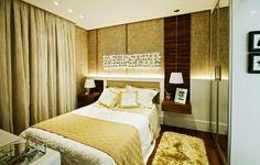 Criado mudo suspenso, tapete felpudo, decor mostarda, madeira escura, quarto aconchegante.