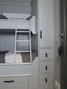 Bunk Beds Built In, Cool Bunk Beds, Lodge Bedroom, Scandinavian Cabin, Building A Cabin, Sleeping Porch, Cabins And Cottages, Cottage Interiors, Winter House