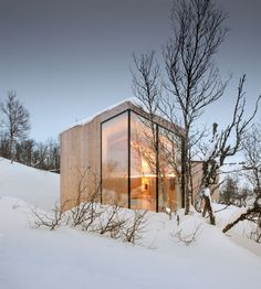 Nestled amongst the snowy slopes of the Norwegian landscape, lies Reiulf Ramstad Arkitekter's recently completed Split View Mountain Lodge. The holiday home was commissioned by a young family Cabinet D Architecture, Baroque Architecture, Interior Architecture, Architecture Wallpaper, Scandinavian House, Scandinavian Architecture, Wooden Lodges, Modern House Design, Contemporary Design