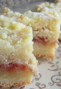 Recipe For Raspberry Shortbread - Simple to make, simple ingredients, and rich and delectable. A great dessert to bring along to a dinner party or potluck. Great Desserts, Delicious Desserts, Yummy Treats, Sweet Treats, Yummy Food, Potluck Desserts, Eat Dessert First, Dessert Bars, Cupcakes