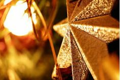 Simbolizam a luz que permanentemente harmoniza os ambientes.   As cores usadas nos enfeites também possuem significado:  - A cor ouro está ligada ao Sol, associado a evolução do espírito; - O verde representa o poder da renovação; - O vermelho tem a ver com o fogo e com o amor divino.  Para os judeus, são anjos guardiões.  Para os esotéricos, a estrela de cinco pontas mostra o esquema simbólico do homem em relação às medidas do universo - braços e pernas esticados, e a cabeça que comanda a…