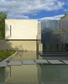 Via thehardt Situated in in Buckinghamshire, England, House in Buckinghamshire by McLean Quinlan. The house sits on high ground overlooking gardens with rolling countryside beyond. The main entrance is approached by a causeway of large granite slabs across a shallow pool and a dining pavilion 'floats' over the pool to the left of the entrance. #English #England #UK #Courtyard #Entrance #Entry