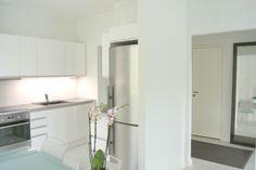 Peilit jatkavat tilaa... Pieni valkoinen keittiö on toteutettu Sirellessä avaimet käteen-periaatteella. Kalusteet Topi-keittiöt Kouvola, kodinkoneet Electrolux, lattiat Pergo