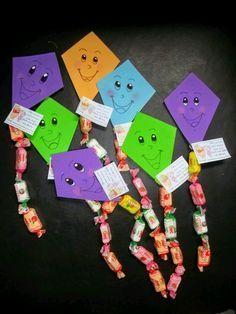 Toma nota de estas ideas para obsequiar pequeños detalles o souvenirs con dulces, globos o golosinas en fiestas infantiles. Preschool Crafts, Diy Crafts For Kids, Gifts For Kids, Preschool Snacks, Candy Crafts, Paper Crafts, Student Gifts, Creative Gifts, Holidays And Events