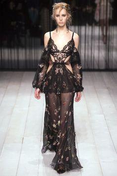 Alexander McQueen Fall 2016 Ready-to-Wear Fashion Show - Jessie Bloemendaal