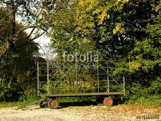 Alter Ernteanhänger zum Transport von Heuballen auf einem Bauernhof bei Leopoldshöhe im Herbst in Ostwestfalen-Lippe