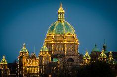 Виктория (Victoria, BC) — Иллюминация на куполе здания Парламента Британской Колумбии в Виктории