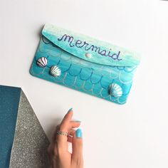 {DIY} Une pochette d'été de Sirène! Girly, Diy For Girls, Continental Wallet, Mermaid, Dit, Articles, Bags, Pretty Cards, Handkerchief Dress