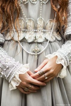 Read Princesas from the story FOTOS by QuenKendal (Letícia Rodrigues) with reads. Pearl And Lace, Fancy, Costume Design, Look Fashion, Character Inspiration, Design Inspiration, Fairy Tales, Ideias Fashion, Pearls