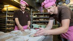 Wie kann es sein, dass das Bachmann-Brot so unvergleichlich gut schmeckt? Das Geheimnis liegt in der grossen Sorgfalt und Liebe, die wir in unsere Brote stecken 😍😍😍 Schmeckt ihr den Unterschied?  #Bachmannmoment #ConfiserieBachmann #Confiserie #Bachmannconfiserie #Bäckerei #Bakery #instafood #instasweet #bread #brotliebe Pains, Love, Breads, People