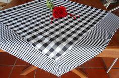 Dê boas vindas aos seus convidados com estilo!  Essa Toalha de mesa personalizada pode ser uma peça maravilhosa no seu almoço, jantar, lanche, piquenique ou churrasco. Ótimo item para casa de campo, praia ou para presentear.  As toalhas de mesa personalizadas são confeccionadas em tecidos 100% al... Picnic Blanket, Outdoor Blanket, Table Covers, Table Linens, Table Runners, Diy And Crafts, Sweet Home, Sewing, Holiday Decor