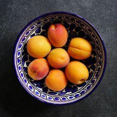 Rakastan aprikoosien makua -ja tätä vastavärien tehoaOpposite colors . . #vastaväri #aprikoosi #aprikoosit  #kesähedelmät #värikäs #hedelmät #välipala #nelkyplusblogit #oppositecolors #colorful #apricots #fruits #everydaybeauty #postitforaesthetic #snack