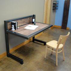 Mesas de hierro y madera dura estacionada en for Muebles industriales online