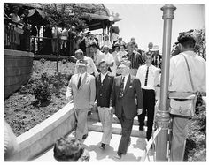 Pictures of Disneyland in Opening Day, July 1955 ~ vintage everyday Disneyland Opening Day, Disneyland Photos, Vintage Disneyland, Disneyland Resort, Walt Disney Land, All Disney Parks, Disney Facts, Sleeping Beauty Castle, Old Disney