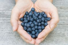 Eat Blueberries To Stay Young - Blueberries do a lot more than just taste delicious. These little super fruits are packed with powerful antioxidants and phytochemicals that can promote good health and keep us looking and feeling young. Healthy Life, Healthy Snacks, Healthy Eating, Healthy Recipes, Eating Clean, Healthy Eyes, Feel Good Food, Anti Aging Treatments, Stay Young