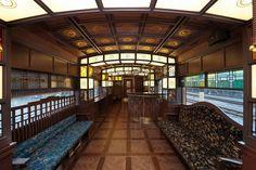 随所にステンドグラスが散りばめられ、大人の贅沢な列車の旅を演出