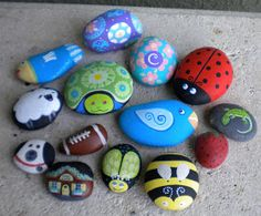PAİNTED ROCKS - ♥ the fat bee! Several cute ideas here including some where they glued rocks together to make different animals (pandas, bunny :)