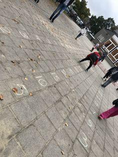 Springen op de getallenlijn Fun Learning, Blog, Counting, Sidewalk, School, Walkways, Schools, Pavement