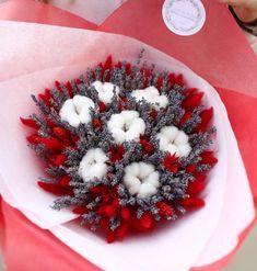 Яркий и объемный букет с лавандой, хлопком и красными сухоцветами